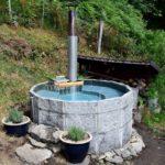 Kurze Palisaden zu einem Brunnen geformt.