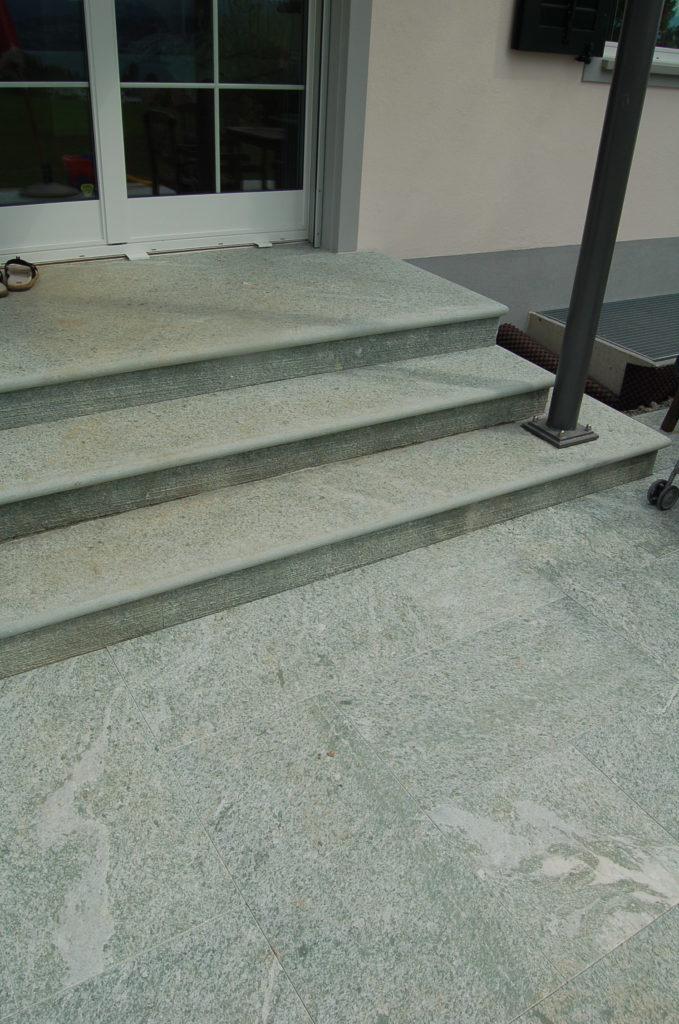 Blockstufen für Treppe aus grünlichem Andeer Gneis.