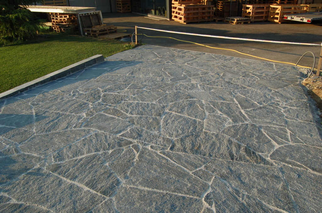 Bodenplatten, hier Maggia Gneis wild förmig verlegt polygonal