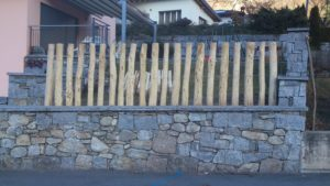 Palisaden Wand aus Kastanienholz