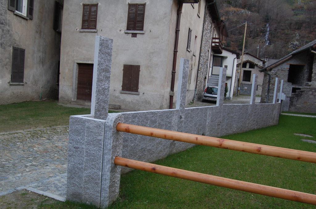 Phantasievoll gestalteter Zaun.