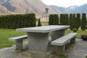 Tischgarnitur Moderno, Oberfläche und Kanten gesägt.