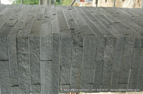 Verkleidete Säule aus Maggia-System Mauersteine