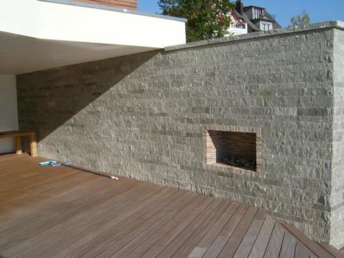 Mauer aus Valserquarzit - Lagen gefräst, vorne gespalten