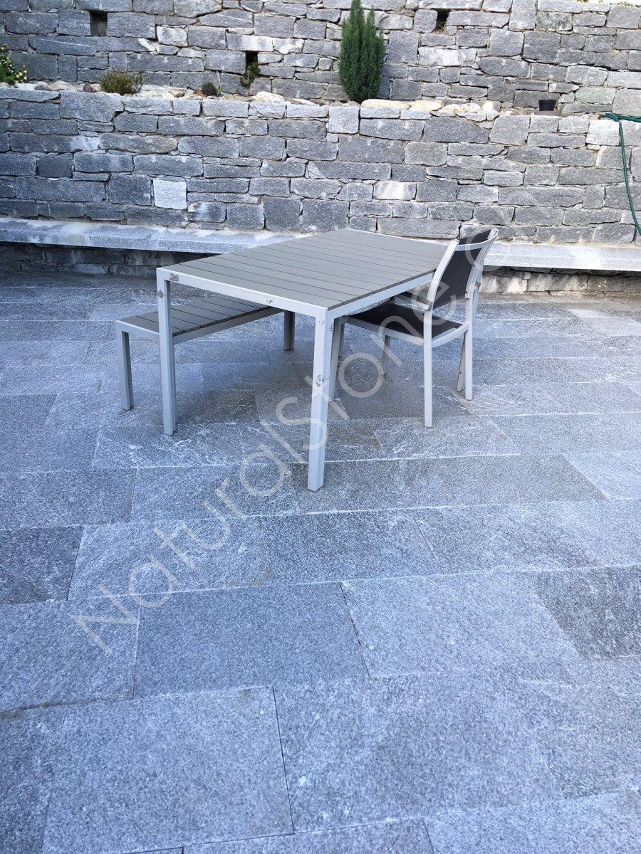 Beola-Valle-Bodenplatten-vor-Mauer