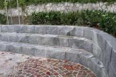 Mauersteine zu Sitzgelegenheit arrangiert.