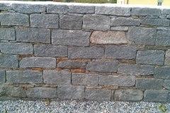 """Mauer aus Tessinergneis hell - gemischt mit """"lokalen"""" Steinen"""