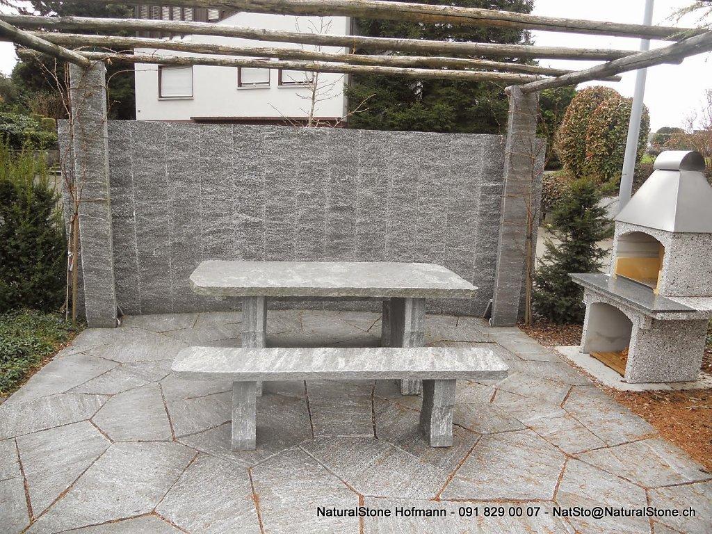 Granittisch-Classico-Maggia-Gneis-freistehend-dicke-Stuetzen