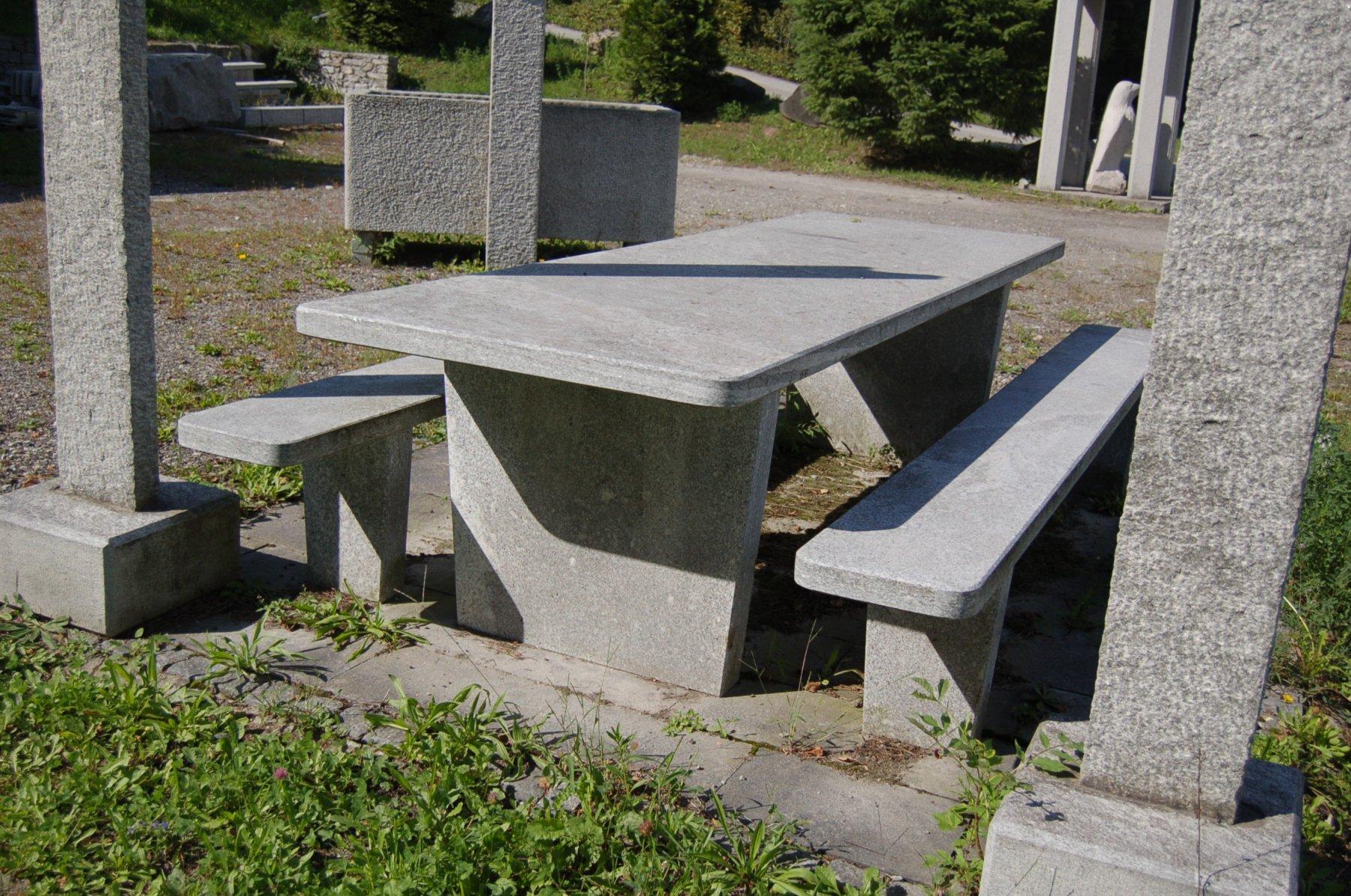Granittisch-Moderno-rechteckig-tessiner-granit-hell