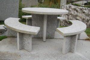 Granittisch-Moderno-rund-tessinergneis-hell-300x199