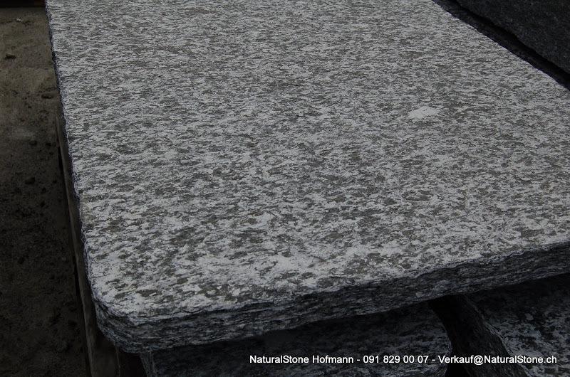 """Tischplatte """"Rustico"""" aus Maggia Macolato, Oberfläche geflammt, Kanten handgespitzt"""