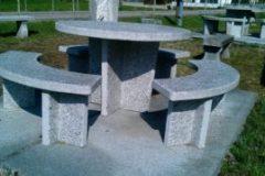 Granittisch-Moderno-rund-runder-granittisch-modell-moderno-mit-sitzbänken-300x179